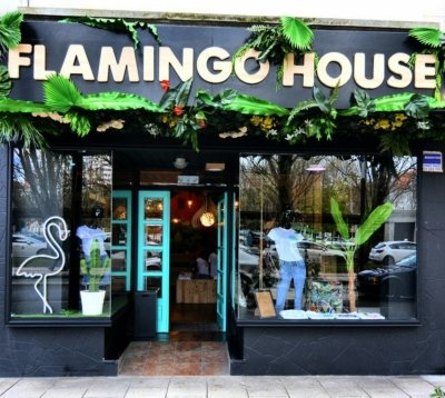 Atenea Street . Flamingo House Shop Fachada